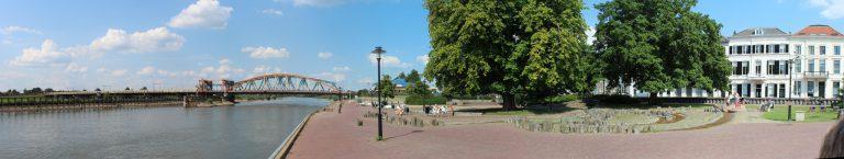 Panorama foto van een kanaal met plein