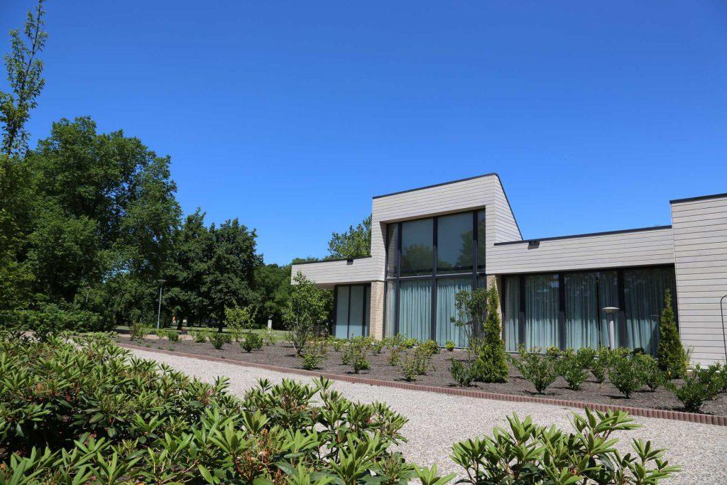 Crematorium en begraafplaats Eikelenburg vooraanzicht