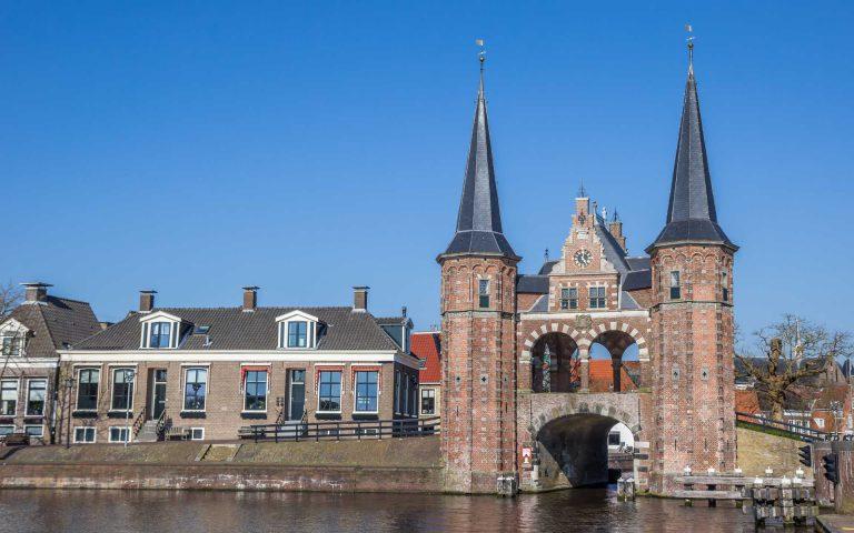 Twee torens met een kanaal eronder