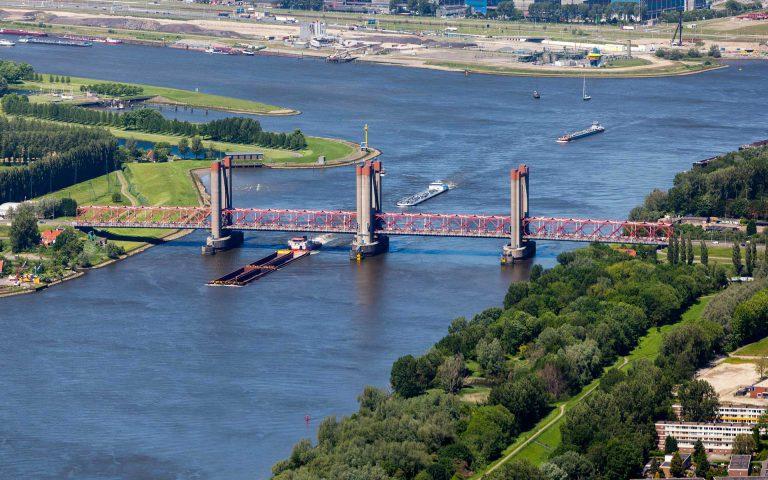 Afbeelding van een rivier met een aantal boten