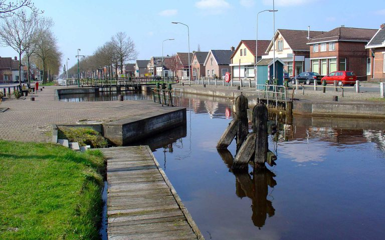 Afbeelding van het kanaal met huizen op de achtergrond