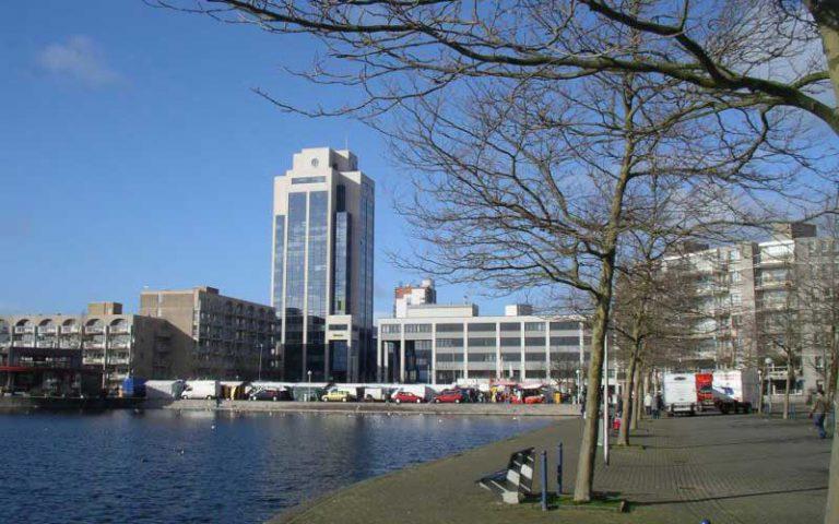 Afbeelding van een meer in de stad
